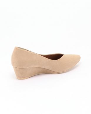 ベージュ 靴を見る