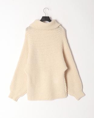 オフホワイト ケーブル編みタートルネックセーターを見る