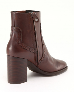 BROWN ANKLE BOOTSを見る