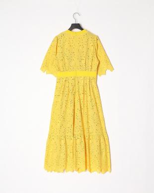yellow リーフ刺繍ワンピースを見る