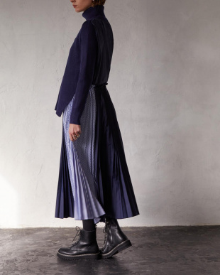 NAVY PLEATS KNIT ONE-PIECEを見る