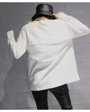 ホワイト ロゴルーズロングシャツを見る