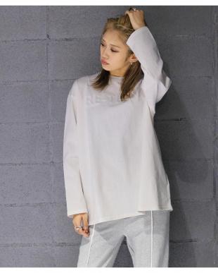 ホワイト エンボス加工ロングTシャツを見る