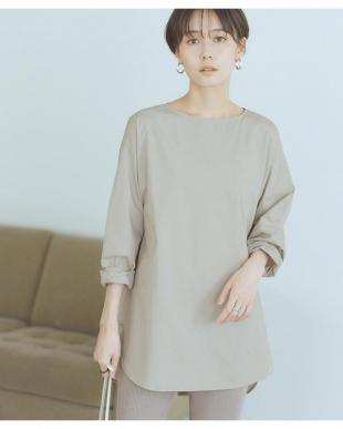 ライトグレー バック釦ボートネックシャツを見る