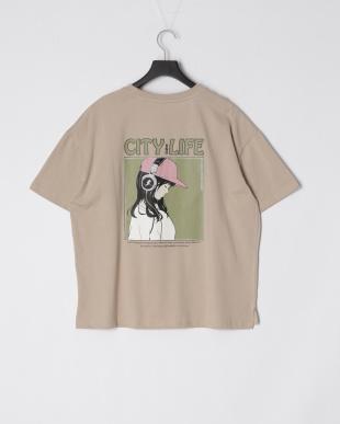 ベージュ エモ柄プリントTシャツを見る