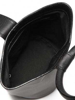 ブラック レザー 筒形 リングハンドル バッグを見る